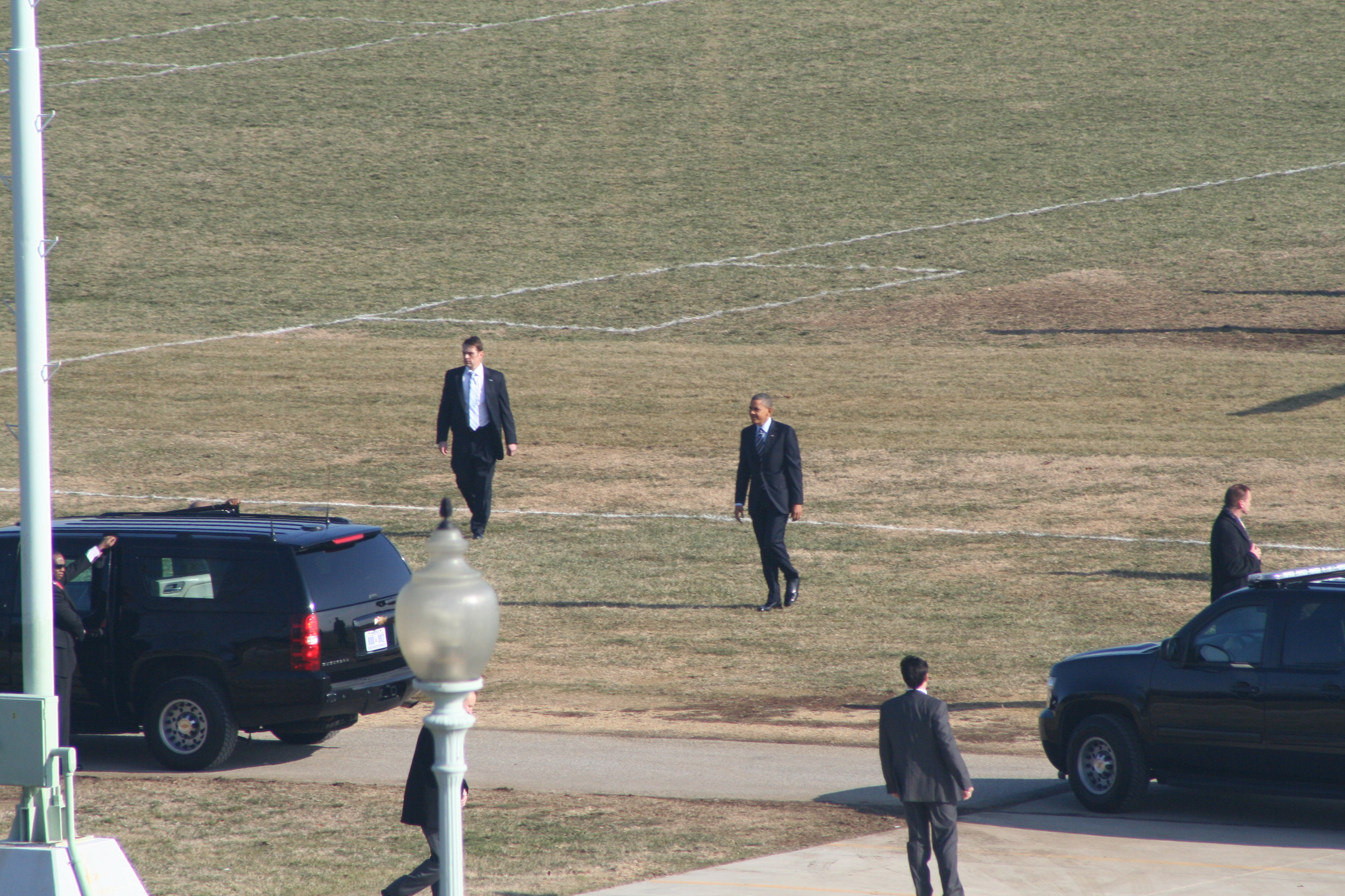 President Obama walks to his limousine from Marine One